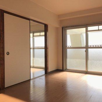 こちらは寝室。寝室にも大きな窓