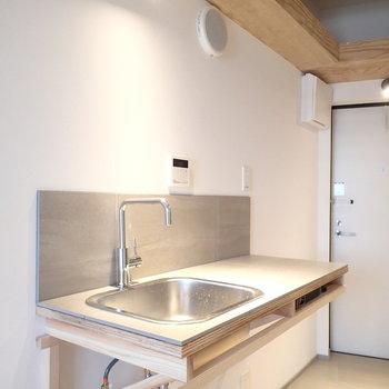 キッチンはこちら。収納に一口のIHコンロが付いてきます。