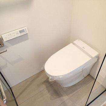 トイレはスタイリッシュなタンクレスタイプ。