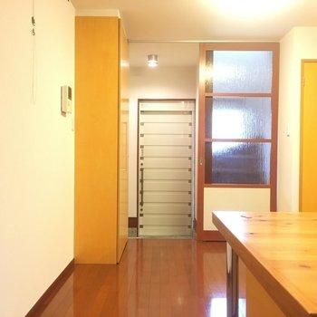 キッチンから!玄関横に階段あります!*1号室は左右反転の間取り
