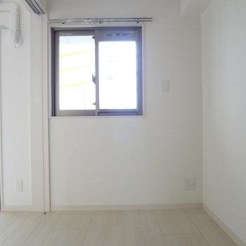 寝室にも窓があるってうれしい。※写真は別室です。