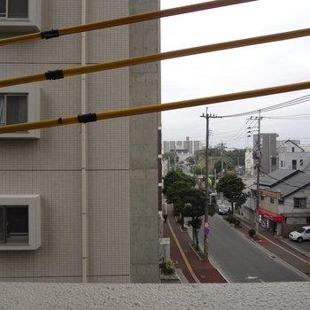 お隣のマンションが・・眺めはイマイチかな。※写真は4階の別室です。