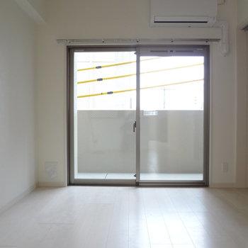窓から光も入ってきます。※写真は別室です。