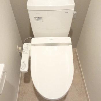 トイレはもちろんウォシュレットつき!※写真は別室です。