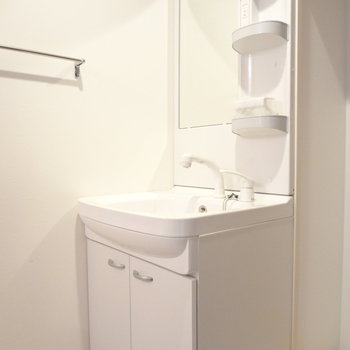 洗面台はドレッサータイプで使いやすそう!※写真は別室です。
