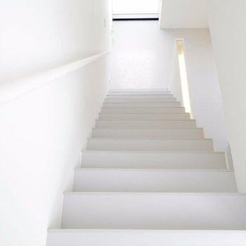 お次は2階へ※写真は別部屋です