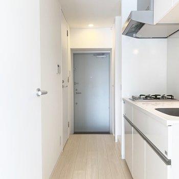キッチン手前に冷蔵庫置き場があります※写真はクリーニング前のものです