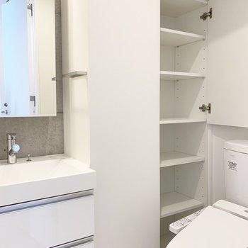 トイレも収納がいっぱい!※写真はクリーニング前のものです