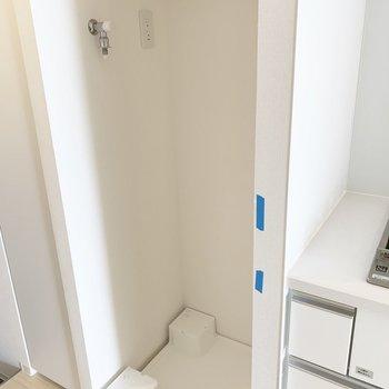 洗濯機置き場の上の棚助かりますね※写真はクリーニング前のものです