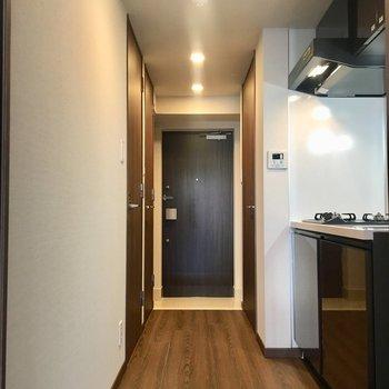 廊下のキッチンも光沢で高級感
