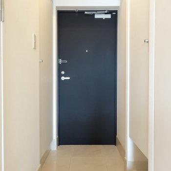 玄関はスマートな印象※写真は13階の同間取り別部屋のものです。