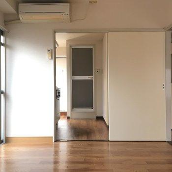 奥側お部屋、窓側からキッチンにかけて