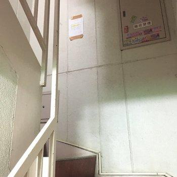 共用部の階段、夜はちょっと暗いかも