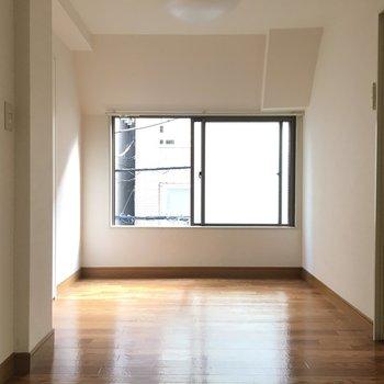 手前のお部屋 こちらも窓は低めの位置です※外に落下しないようくれぐれもご注意を!