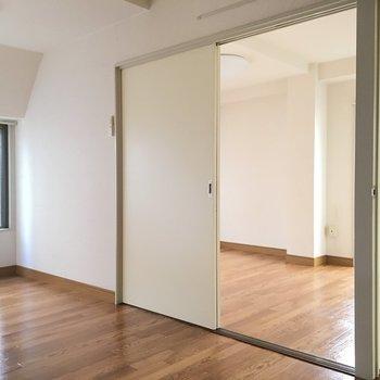 手前のお部屋から。 白い扉で仕切ることも可能です