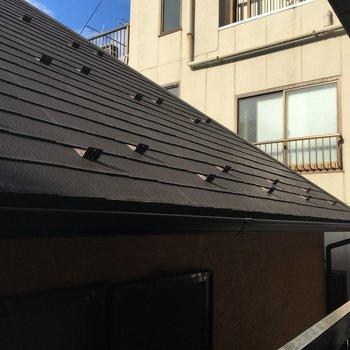 反対側の眺望はお隣さんの屋根が!!