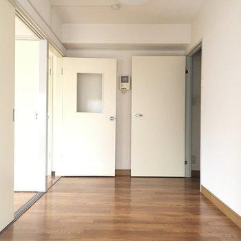 手前のお部屋、窓側からの眺め 右側は玄関へ、左側はキッチンへ