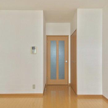 ドアの枠もオレンジブラウン