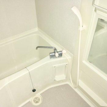 バスルームはちょっぴりコンパクト?※フラッシュを使用しています