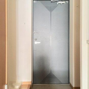 玄関はこちら。左手には洗濯機置場も