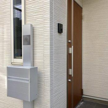 シルバーのステキな専用ポストがある玄関前です。