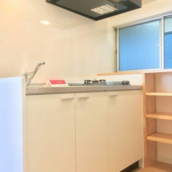 【DK】窓の向こうは共用部。収納棚が嬉しいね〜※写真は前回募集時のものです