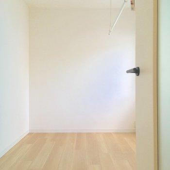 【洋室】更に玄関の奥に寝室です※写真は前回募集時のものです