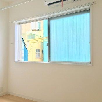 【洋室】窓近くで室内干しができますね。※写真は前回募集時のものです