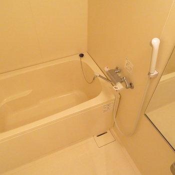 お風呂は普通かな※写真は4階の同間取り別部屋のものです