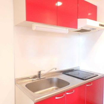 真っ赤なキッチン。