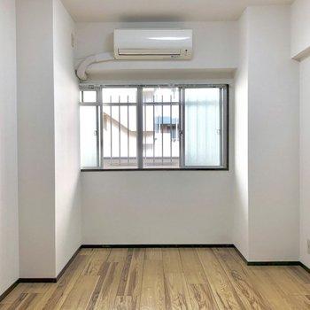 玄関横の洋室。こちらは日が当たらないので寝室に!