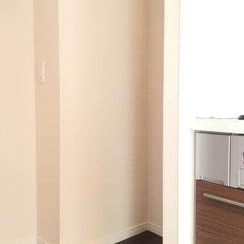 キッチン奥には冷蔵庫スペースあり