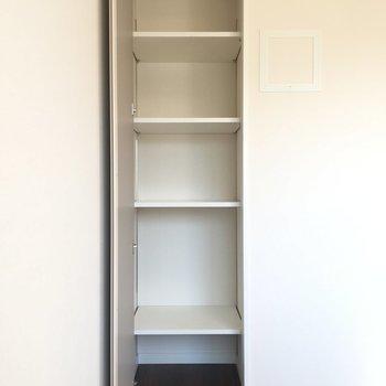 居室の細い収納棚です