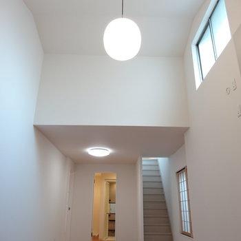 この天井の高さ&明るさ!お月様みたいな照明。