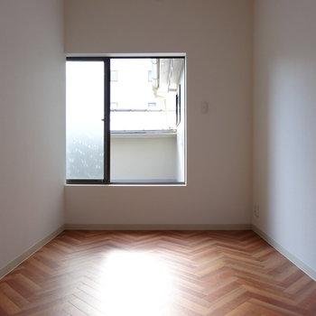 2階手前の居室の窓からバルコニーへ。