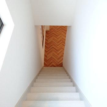 この階段、はば狭い&急めで結構こわいです