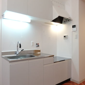キッチンはゆったりサイズ。コンロは持ち込みですが、、新品ですよ〜