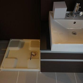 横に洗濯機を。※写真は別部屋です