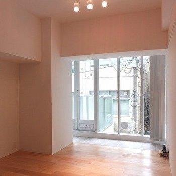 天井が高くて解放感のあるお部屋です。※写真は前回募集時のものです
