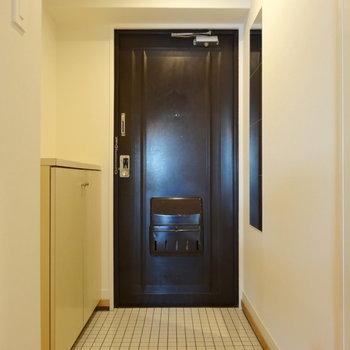 シューズボックスに姿見に、コート掛けに。充実のかわいい玄関