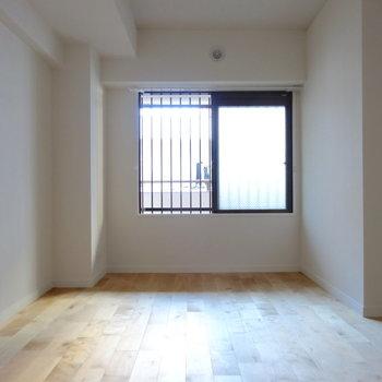 玄関側の居室は広々6帖。ダブルベッドも余裕です◎