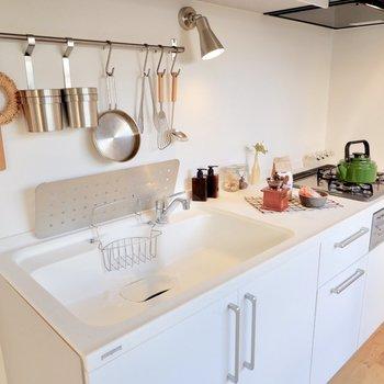人工大理石の天板でお掃除しやすく、ガスコンロ3口でお料理たのしく。
