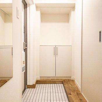 玄関もこの美しさ。無垢床と白タイルの素晴らしいコントラスト