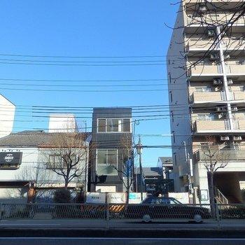 ブラックのモダンな外観。 ※中央の建物です