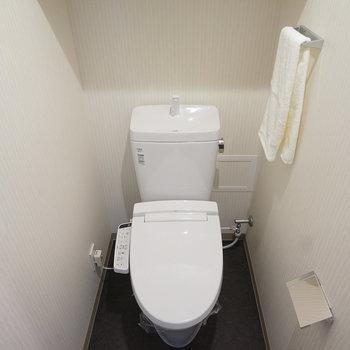 個室のウォシュレット付きトイレ!  ※写真は6階の同間取り別部屋のものです