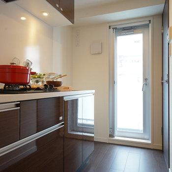 キッチン横からもバルコニーに出れます  ※写真は6階の同間取り別部屋のものです