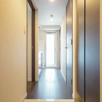 玄関。ピカピカ!  ※写真は6階の同間取り別部屋のものです