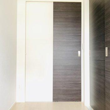 クローゼットへはリビングからも洋室からも繋がっています(※写真は9階の反転間取り別部屋のものです)