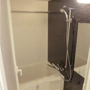 シャワーヘッドは自由自在、浴室乾燥機付き!(※写真は9階の反転間取り別部屋のものです)