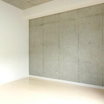 白い壁、コンクリート、フローリングの組み合わせ